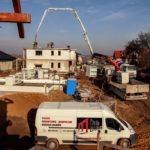 Dźwig i dom w trakcie budowy